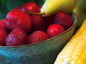 как приучить попугая есть овощи, фрукты, зелень, ветки, разнообразие кормов для попугаев, новое в рационе